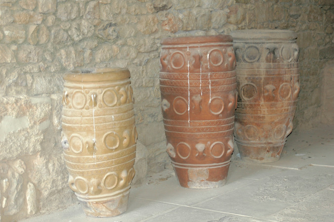 Storage jars in Knossos. By Harrieta171 - Own work, CC BY-SA 3.0, https://commons.wikimedia.org/w/index.php?curid=614359